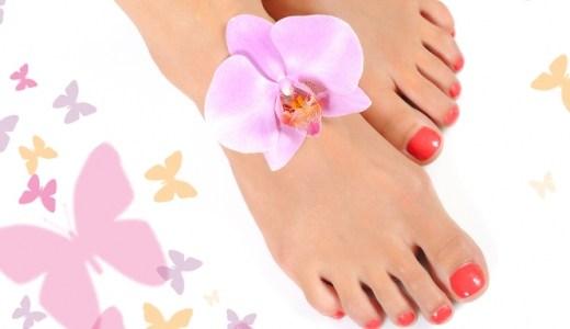 lakiranej noktiju na nogama