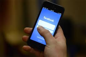 Fejsbuk na mobilnom telefonu. Korisnici koji koriste Fejsbuk preko mobilnog provode mnogo više vremena na ovoj mreži
