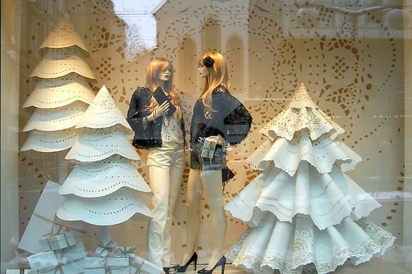 Novogodisnja dekoracija izloga butika