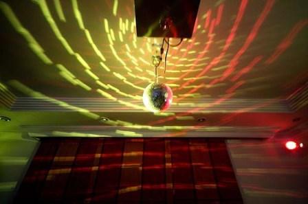 Za novogodišnju žurku potrebno je blago osvetljenje