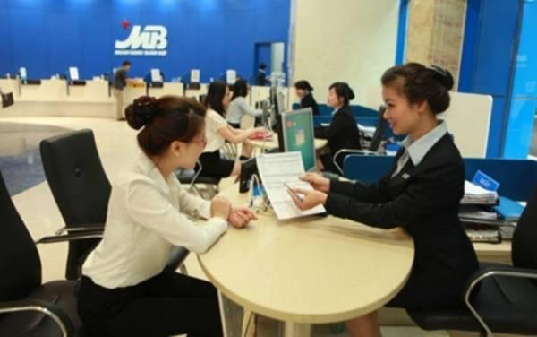 Bankarski službenik  će vam pomoći da aktivirate e-banking.