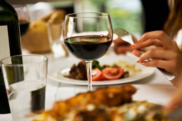 Večeru možete zaliti uz domaće vino ili rakiju