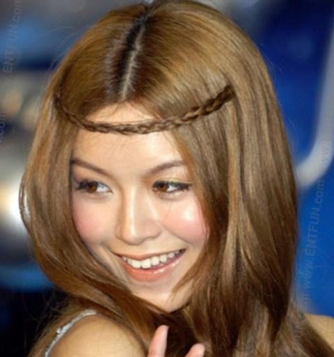 Kika obmotana oko glave - odlična frizura za školu i za svaki dan.