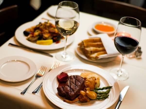 Romantična večera kao poklon za Dan zaljubljenih.