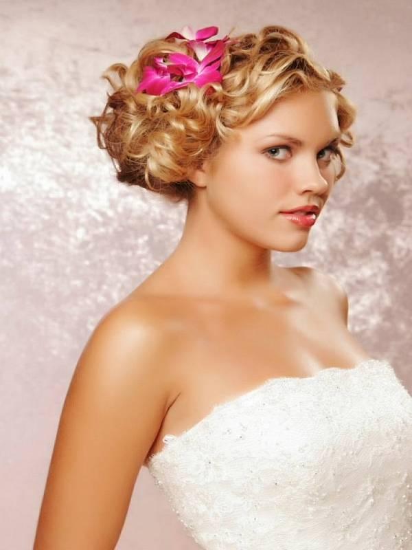Kovrdžava kratka kosa - simpatična frizura za venčanje