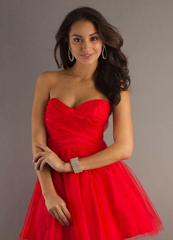 Crvena haljina i nakit