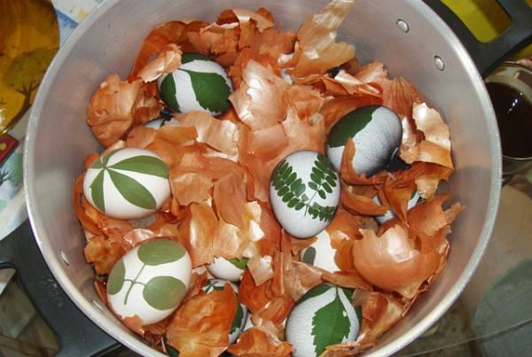 Farbanje uskrsnjih jaja u lukovini