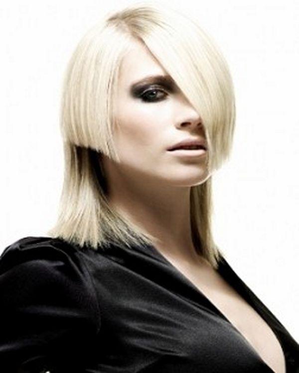 Plava asimetrična frizura za kosu srednje dužine