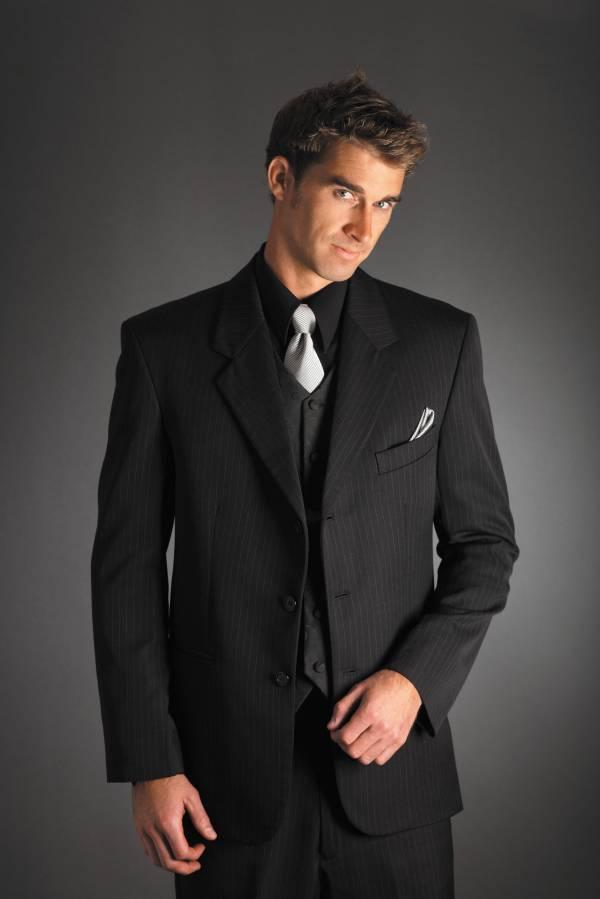 Kombinovanje crne košulje i bele kravate