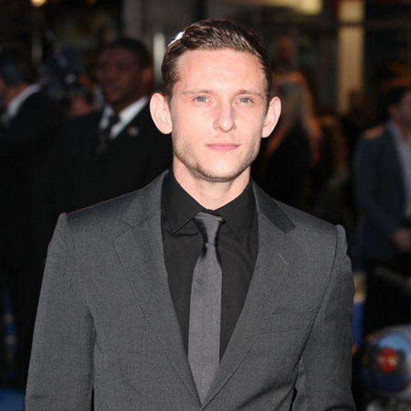 Kombinacija crne košulje i sive kravate