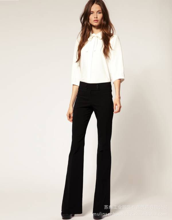 crne pantalone bela kosulja