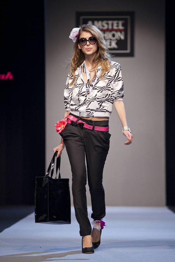 crne pantalone i roze detalji