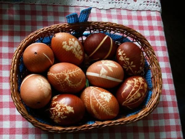 Jaja ofarbana u lukovini su sjajna za etno dekoracije