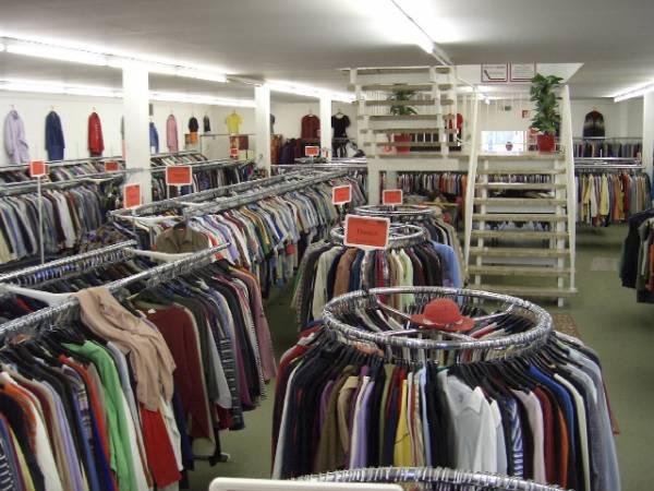 Zaradite na staroj odeći. Ponudite je second hand šopovima ili je prodajte na internetu.