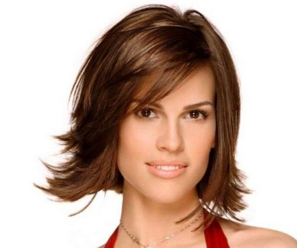 Stepenasta frizura sa šiškama za četvrtasto lice