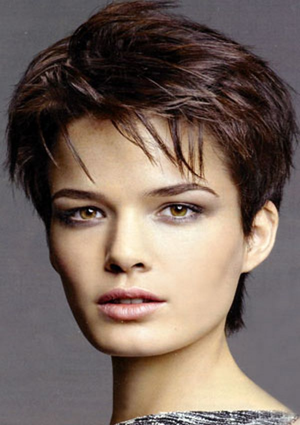 Kratka stepenasta frizura za kockasto lice