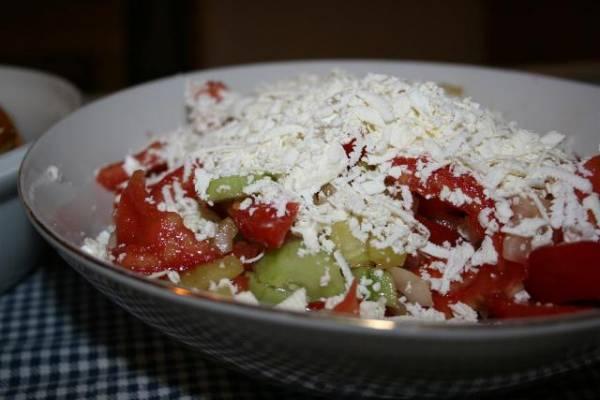 Sezonska salata nije komplikovana za spremanje a odličan je obrok za posao tokom vrelih letnjih dana.