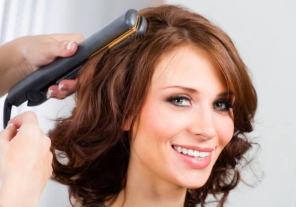 Osim za ispravljanje kose, peglu možete koristiti i za pravljenje lokni, za kovrdžanje, za uvijanje, ali i za razne druge frizure.