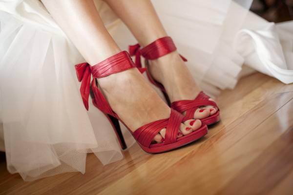 crvene cipele za venčanje