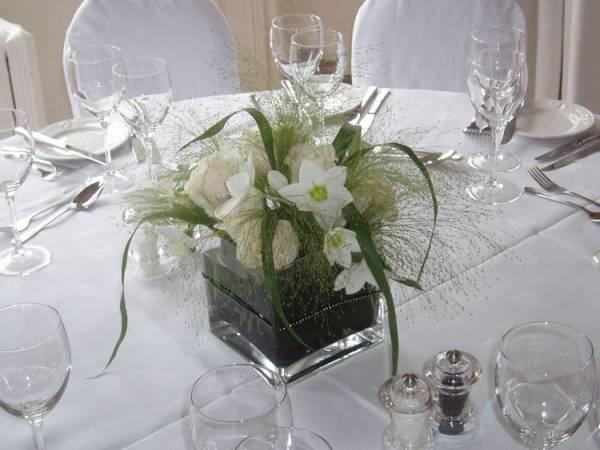 dekoracija stola cvećem