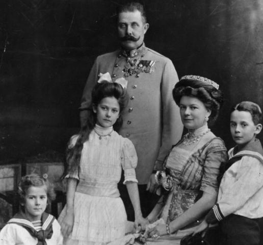 Franc Ferdinand, njegova supruga Sofija, sinovi Ernst (levo) i Maksimilijan i ćerka Sofija