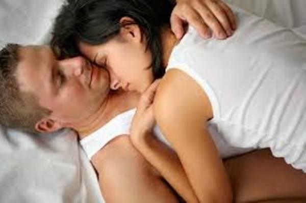 Muškarac jarac u krevetu