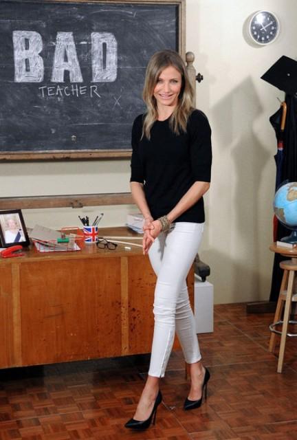 Crne cipele odlična su kombinacija uz bele pantalone