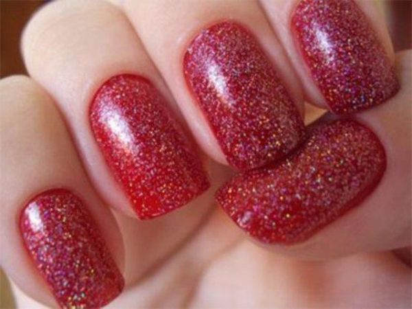 crveni nokti sa zlatnim sjajem
