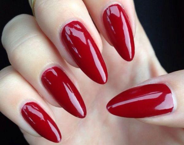 dugi crveni nokti na rukama