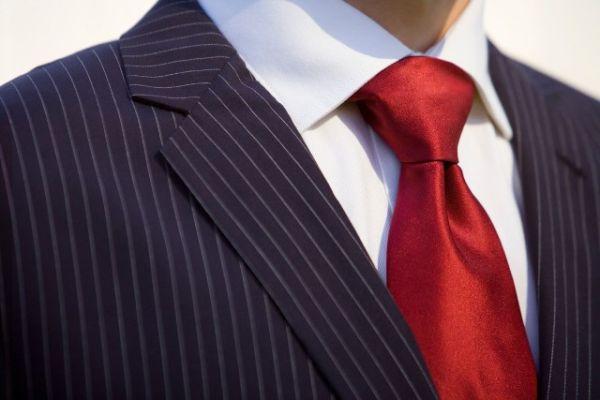 Bela košulja i crvena ili crna kravata su čista klasika. Možete eksperimentisati i sa šarenijim kravatama.