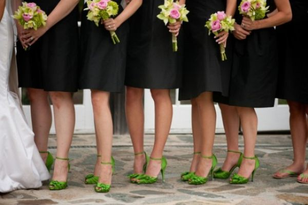 crna haljina zelene cipele