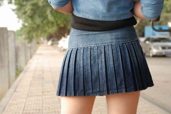 Šta sve možete obući uz teksas suknju.