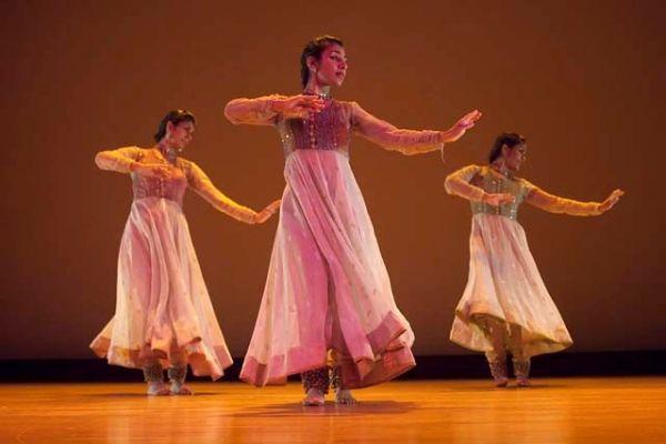 Postoji nekoliko vrsta indijskog plesa, ali se danas najviše koristi bolivudski, koji predstavlja mešavinu nekoliko osnovnih indijskih plesova.