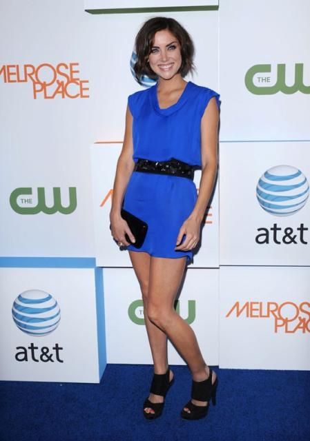 plava haljina i crne cipele