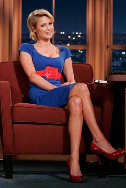 plava haljina i crvene cipele