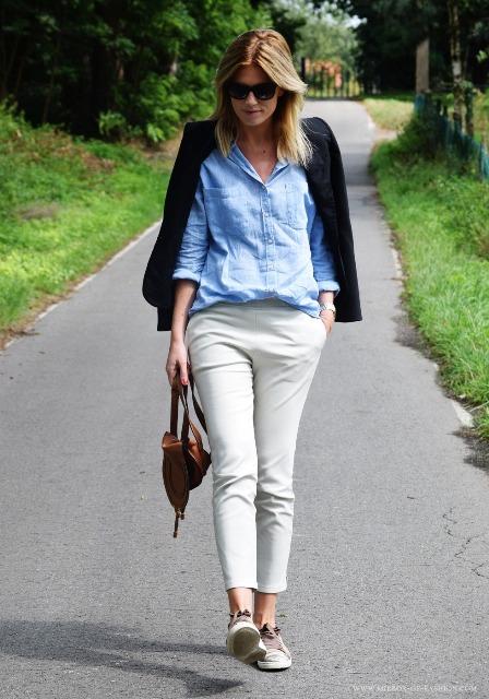 sive-pantalone-i-plava-kosulja