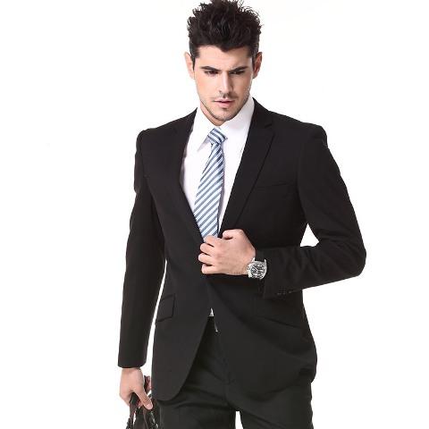 Bela košulja se odlično slaže uz sve vrste odela: crno, teget, sivo ....