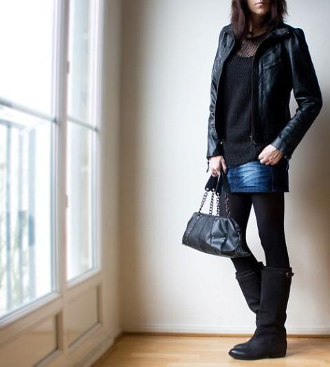 Teksas suknja u kombinaciji sa crnim čarapama i čizmama
