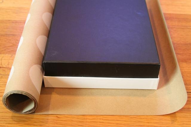 Neiskorišćenu kutiju od cipela oblepite ukrasnim papirom i dobićete adekvatnu kutiju za poklone.