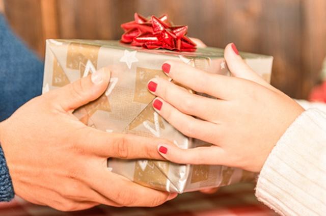 Za Novu Godinu, Božić, Dan zaljubljenih ili Osmi mart svojoj dami poklonite samo neku sitnicu.
