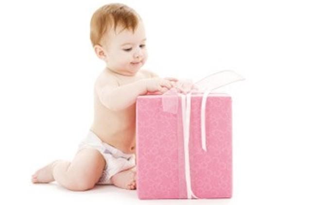 Idealni pokloni za bebe su ljuljaške, sedišta, bicikli, autići, ali i, jednostavno, novac.