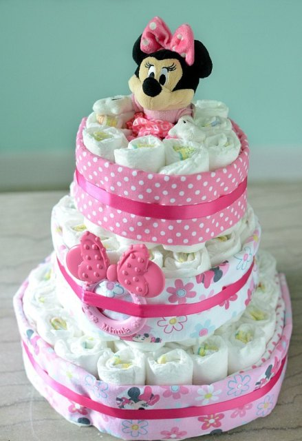 Torta od pelena, kreativan poklon za bebu, koja slavi prvi rođendan.